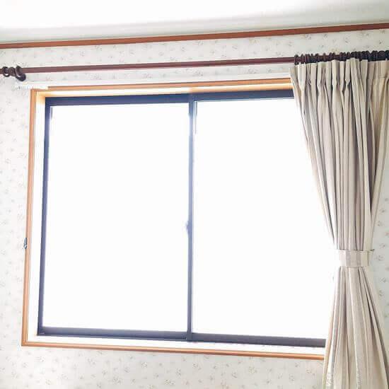 部屋の明るさアップ&閉める時にも楽になる片側カーテンがおすすめ!